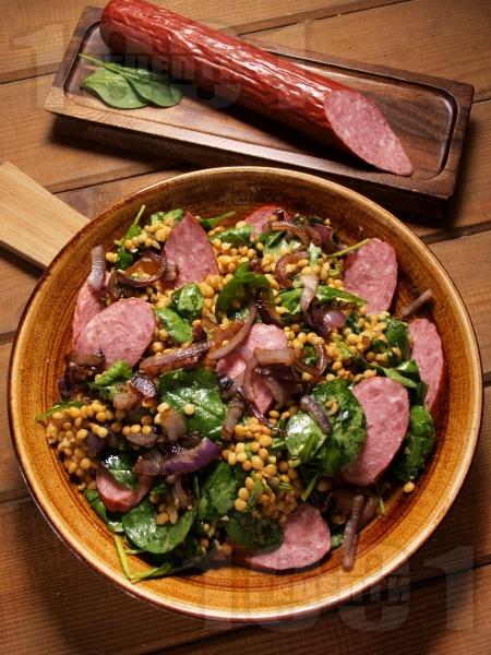 Салата от леща с карамелизиран лук, спанак и колбас - снимка на рецептата